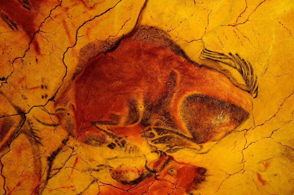 Museo-de-Altamira-Bisonte-en-el-Techo-de-los-Polícromos-Foto-Museo-de-Altamira-y-P-Saura