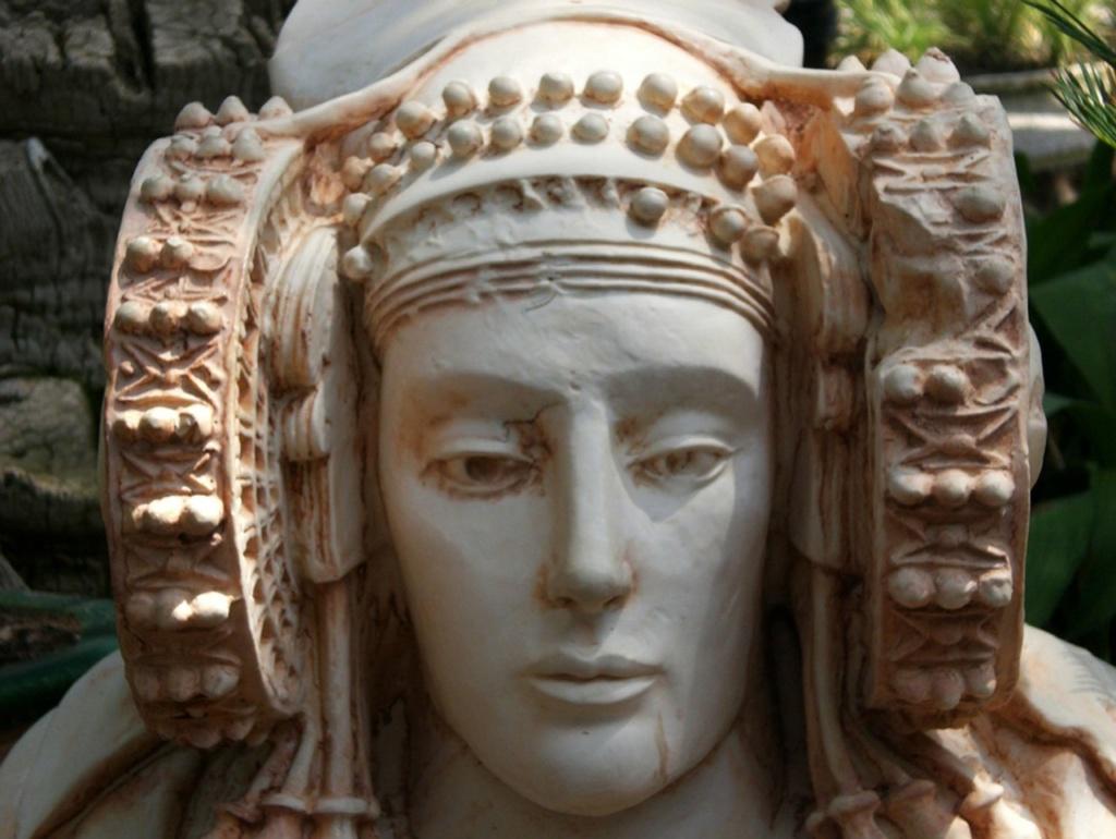 Неожиданный от времени подарок: бюст знатной дамы, жившей в Иберии до Римского периода. Более точной атрибуции нет, но и этого много. Можно увидеть, разглядывая утонченные черты лица прекрасной дамы, иберы не были дикарями, напротив...