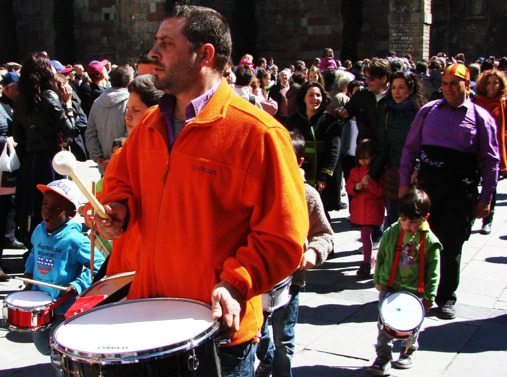 """То же воскресное утро на площади перед Кафедральным собором в Барселоне - столице Каталонии, что снова станет государством. Это - не """"Киевский майдан"""", как барабаны - не пушки!"""