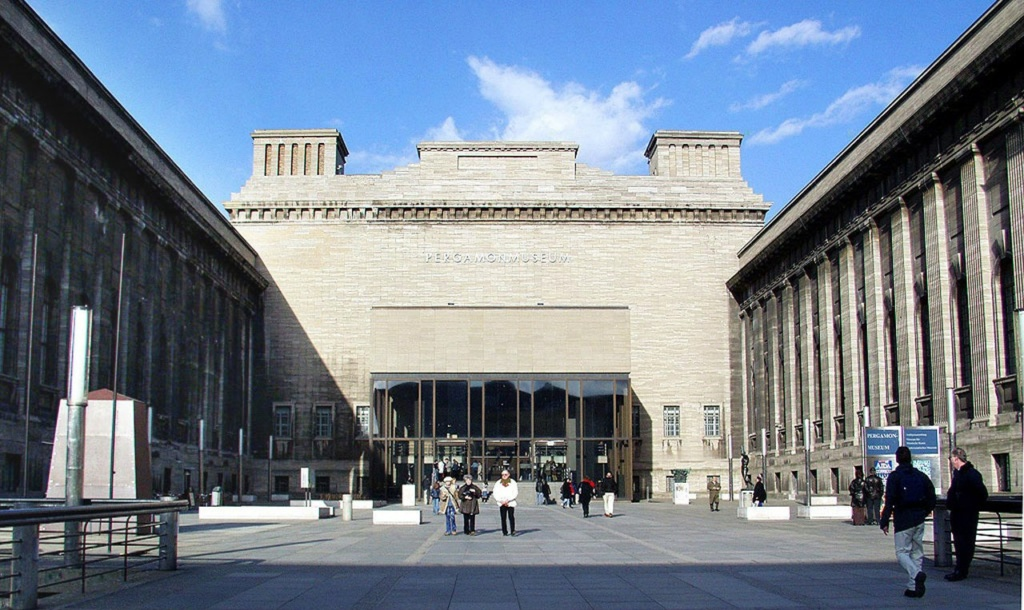 Пергамский музей (также Пергамон-музей[1]; нем. Pergamonmuseum) — один из известнейших музеев, расположенных на Музейном острове на реке Шпрее в центре Берлина.[2]