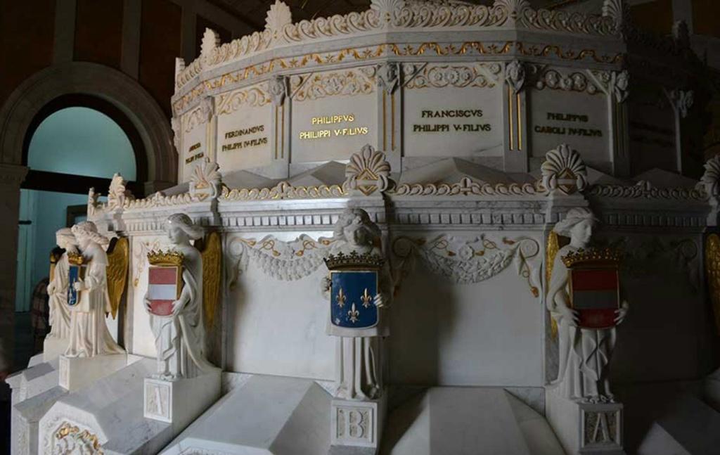 Существуют две потайные комнаты (пудридерос), где монахи по истечении 50 лет после смерти монарха проверяют, когда разложение тела усопшего будет полным, собирают прах в маленькую урну и помещают ее внутрь мраморной гробницы.