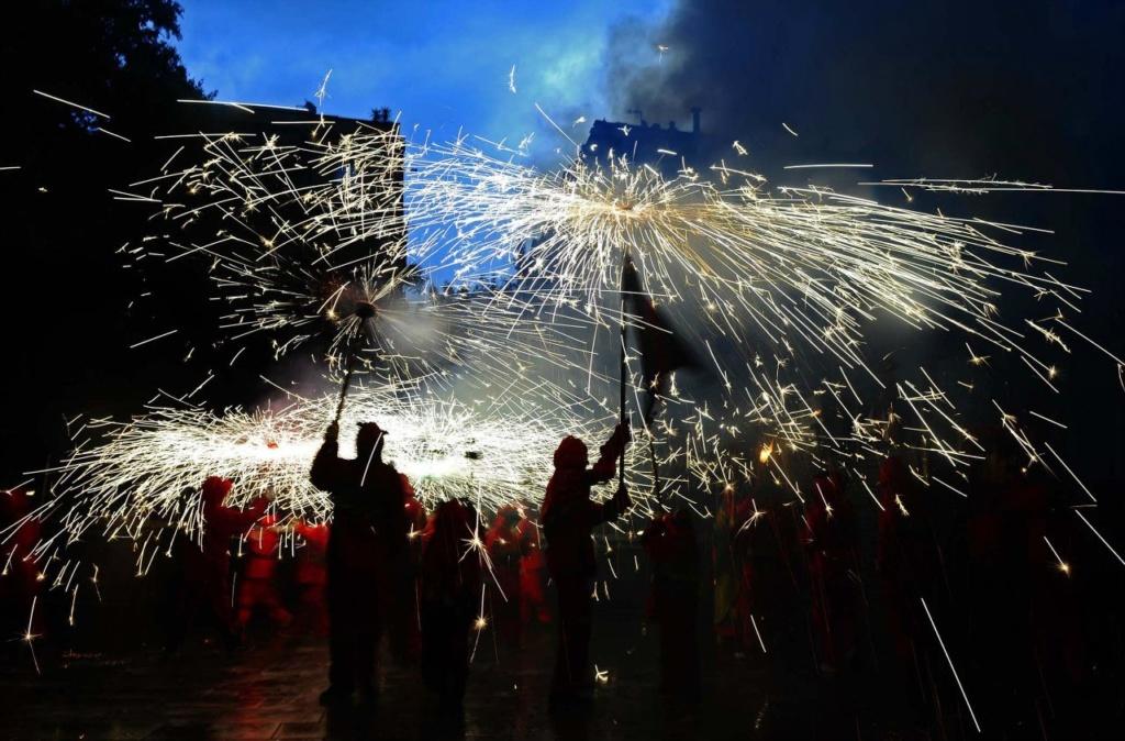 """Фестиваль Ла Мерсе в Барселоне... Обязательный """"коррефок"""" — вечерний праздник огня, в котором жгут гигантские бенгальские огни в виде факелов и трезубцев."""